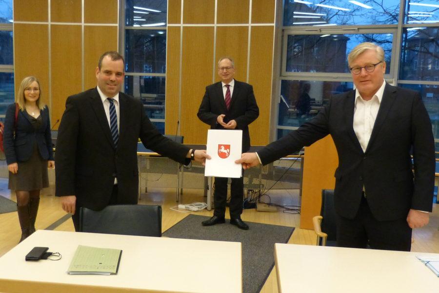 Dr. Bernd Althusmann (rechts) überreicht die Förderbescheide des Landes an Landrat Peter Bohlmann. Mit dabei die Landtagsabgeordneten Dr. Dörte Liebetruth und Axel Miesner.
